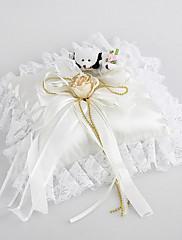 Snubní prsten polštář v bílém saténu a krajky s roztomilý medvěd a květiny