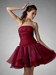 TS Couture カクテルパーティー 卒業パーティー 祝日 16歳誕生日 ドレス - スポーツ Aライン ボールガウン プリンセス ストラップレス 膝丈 オーガンザ とともに ドレープ フリル