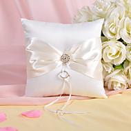 anillo de la almohada de raso marfil con pedrería y el cinturón