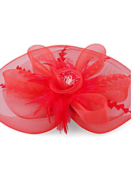 Kate Middleton montre style: plumes rouges et de fleurs d'organza de mariée en dentelle et fascinator partie