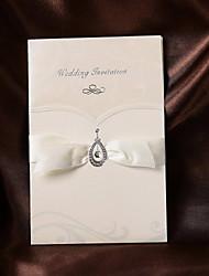 Convite do casamento dobrado simples com fita (conjunto de 50)
