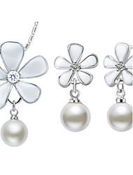 Комплект ювелирных изделий, с серебреным напылением и с искусственным жемчугом (ожерелье, серьги)