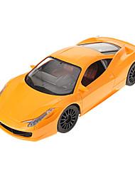 Voiture rc 1/16 à l'échelle de la voiture à télécommande 4 roues motrices au volant sur la route avec la lumière