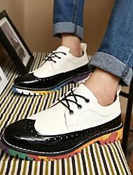 Zapatos de Hombre Oxfords Oficina y Trabajo / Fiesta y Noche Cuero Sintético / Cuero Patentado Negro / Marrón / Blanco