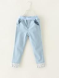 de encaje azul de luz pantalones vaqueros del dobladillo de la muchacha