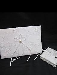 exquise livre d'or de mariage et un stylo mis en blanc signe de satin dans le livre