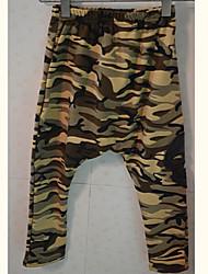 pantalones de camuflaje de color del muchacho