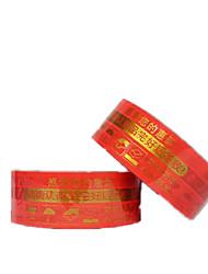 два красном фоне золотые слова ленты в упаковке