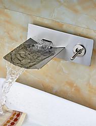 Torneira da pia do banheiro lavada com niquel de parede