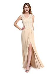 Lanting Bride® Tubinho Vestido Para Mãe dos Noivos - Fendas Longo Sem Mangas Chiffon / Renda  -  Botões / Fenda Frontal