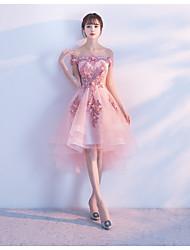 Um vestido de festa de coquetel de tul assimétrico