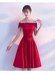 Une robe de cocktail à la ligne