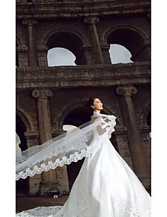 Et Tier Cathedral Wedding Veil med applikationer Edge (flere farver)