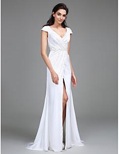 Lanting Bride® Fourreau / Colonne Robe de Mariage  Traîne Brosse Col en V Mousseline de Soie Satin avecFendue / Perlage / Drapée sur le