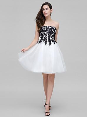 칵테일 파티 드레스 A-라인 끈없는 스타일 무릎 길이 튤 와 아플리케 / 리본 / 레이스