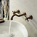 壁には、二つのハンドルアンティークの銅バスルームのシンクの蛇口での3つの穴を取り付けられました